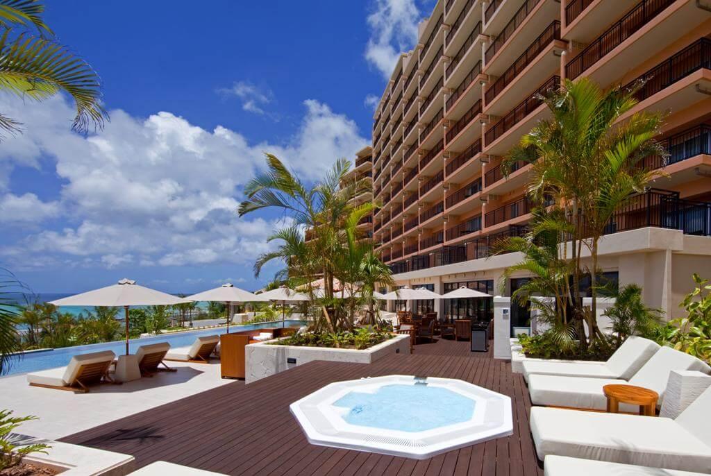 水深與距離皆充分足夠的泳池。眼前盡是一片沖繩獨有的海景風光